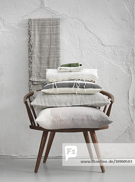 Schweden,  Vastergotland,  Kissen auf Stuhl