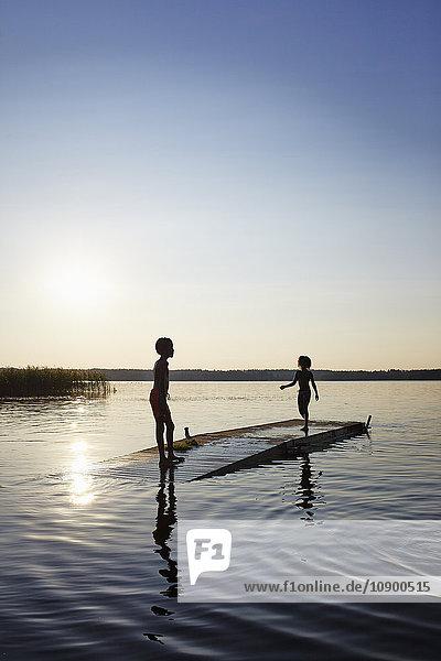 Schweden  Vastra Gotaland  Skagern  Kinder (6-7  10-11) Schwimmen im See