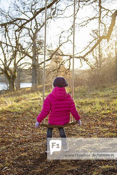 Schweden  Vastergotland  Naas  Girl (4-5) in rosa Jacke mit Blick auf Fluss Schweden, Vastergotland, Naas, Girl (4-5) in rosa Jacke mit Blick auf Fluss