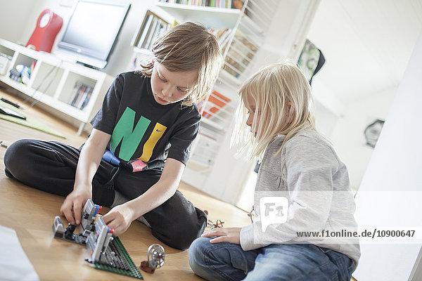 Schweden  Vastergotland  Lerum  Geschwister (6-7  8-9) beim Spielen mit Kunststoffblöcken