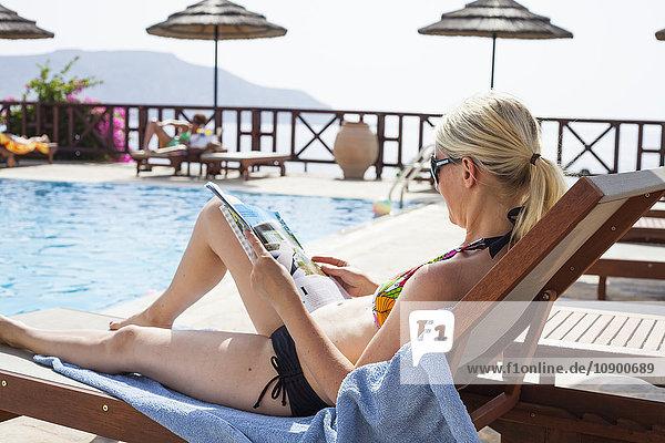 Griechenland  Karpathos  Amopi  Frauenzeitschrift im Schwimmbad