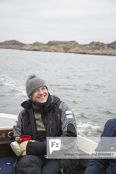 Schweden  Bohuslan  Marstrand  Portrait eines reifen Mannes auf einem Motorboot