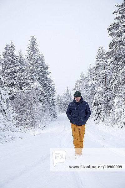 Schweden  Narke  Reifer Mann im Schnee unterwegs