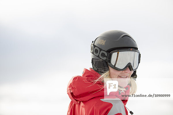 Norwegen  Hedmark  Trysil  Portrait der Frau mit Skihelm