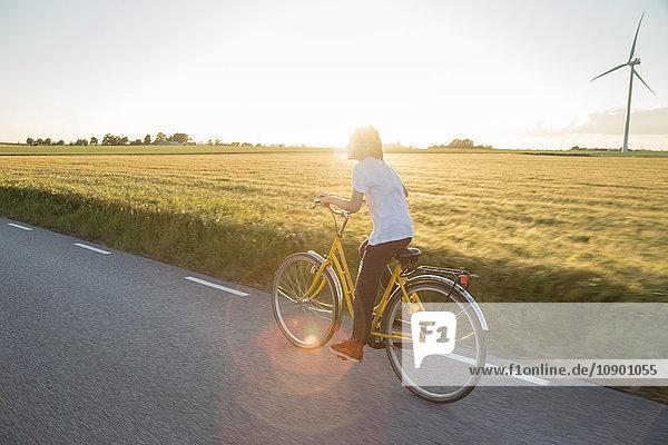 Schweden  Skane  Soderslatt  Beddinge  Boy (12-13) Fahrrad fahren an sonnigen Tagen