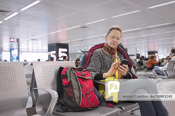 Italien  Latium  Seniorin SMS am Flughafen