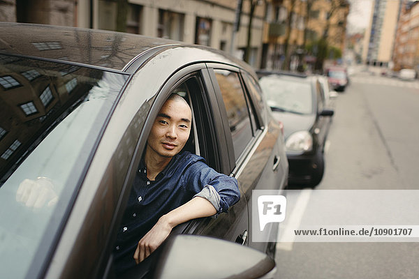 Schweden  Sodermanland  Stockholm  Sodermalm  Junger Mann im Auto