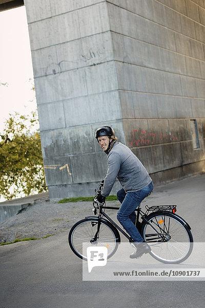 Schweden  Sodermanland  Stockholm  Sodermalm  Hornstull  Mid adult man riding bike