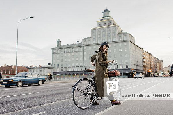 Schweden  Uppland  Stockholm  Vasatan  Sankt Eriksgatan  Frauenradfahren auf der Stadtstraße