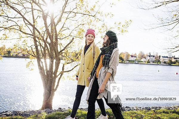 Schweden  Vasterbotten  Umea  Zwei junge Frauen  die am Kanal entlang laufen
