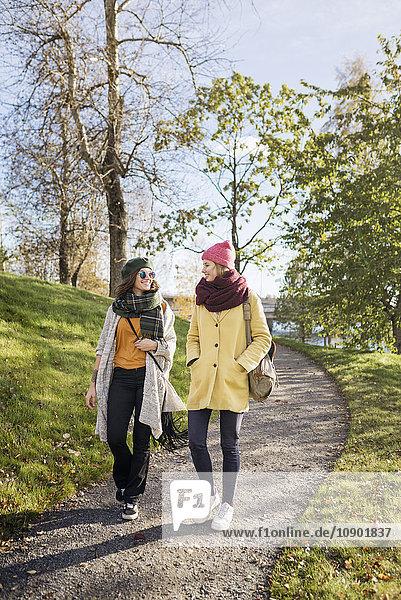 Schweden  Vasterbotten  Umea  Zwei junge Frauen auf dem Fußweg
