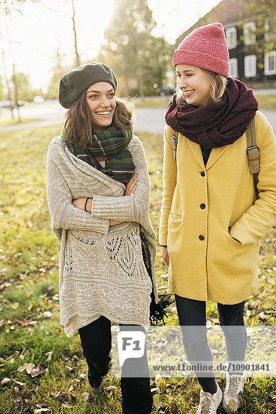 Schweden  Vasterbotten  Umea  Zwei junge Frauen zu Fuß im Park