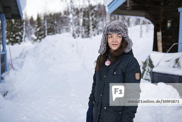 Schweden  Lappland  Hemavan  Junge Frau mit Parka und Pelzmütze im Winter
