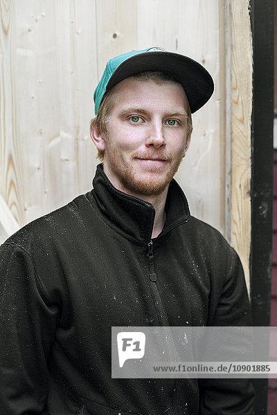 Schweden  Porträt eines Mannes mit Baseballmütze