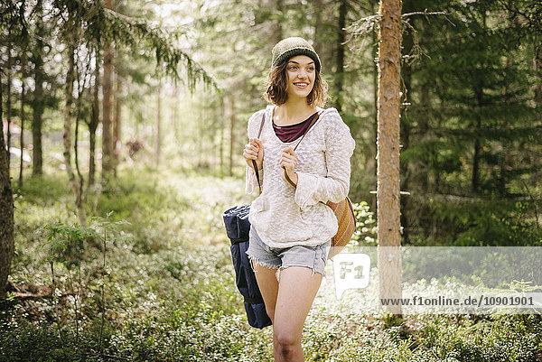 Schweden  Vasterbotten  Norrmjole  Junge Wanderin im Wald