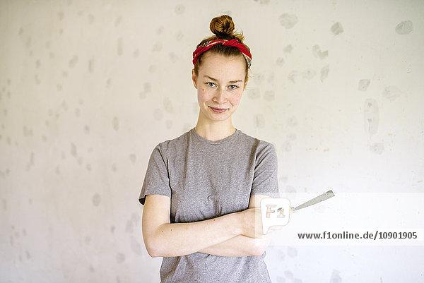 Schweden  Porträt einer jungen Frau mit Handgerät