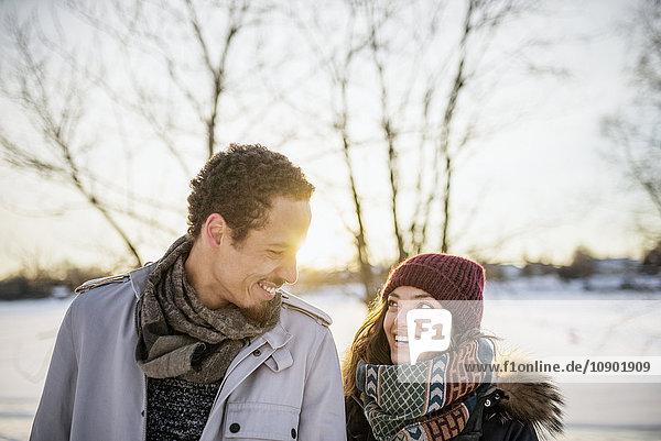 Schweden  Vasterbotten  Umea  Portrait eines jungen Paares im Winter