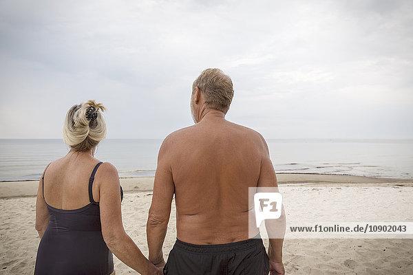 Schweden  Skane  Ahus  Seniorenpaar am Strand