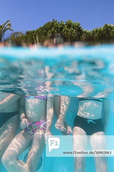 Italien  Sardinien  Alghero  Mutter mit Kindern (14-15  16-17) im Schwimmbad