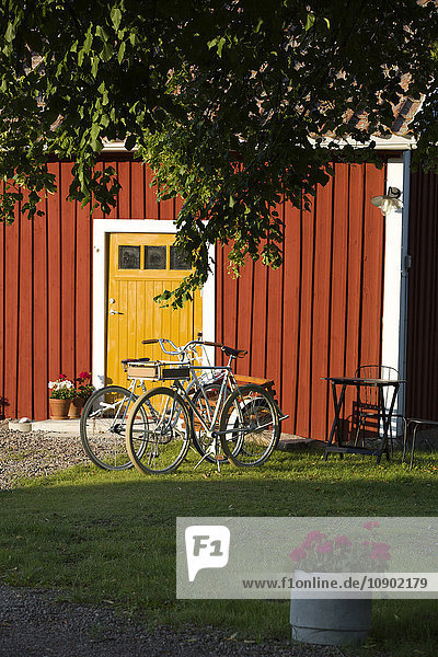 Schweden  Ostergotland  Fahrradabstellplatz vor dem Haus