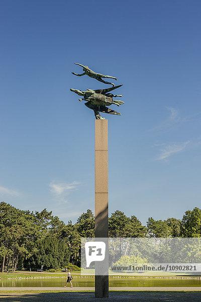 Schweden  Skane  Malmö  Pegasus-Statue in Kungsparken mit vorbeiziehender Frau