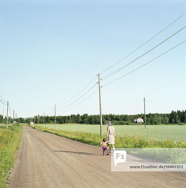 Finnland  Uusimaa  Lapinjarvi  Mutter und Tochter (2-3) auf dem unbefestigten Weg