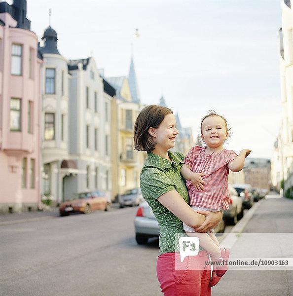 Finnland  Uusimaa  Helsinki  Portrait der Mutter mit Tochter (2-3) auf der Straße
