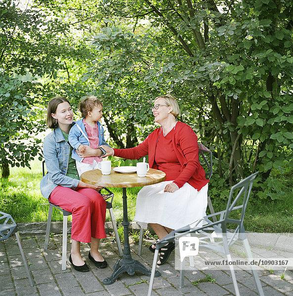 Finnland  Helsinki  Uusimaa  Portrait von Mutter  Großmutter und Kind (2-3) im Straßencafe