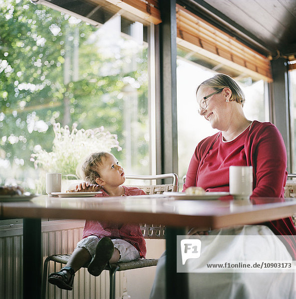 Finnland  Helsinki  Uusimaa  Großmutter und Enkelin (2-3) entspannen im Café