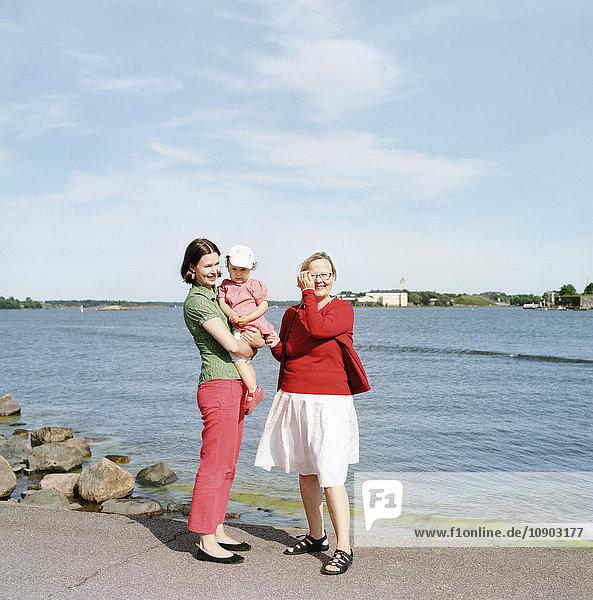 Finnland  Helsinki  Uusimaa  Portrait von Mutter  Tochter (2-3) und Großmutter