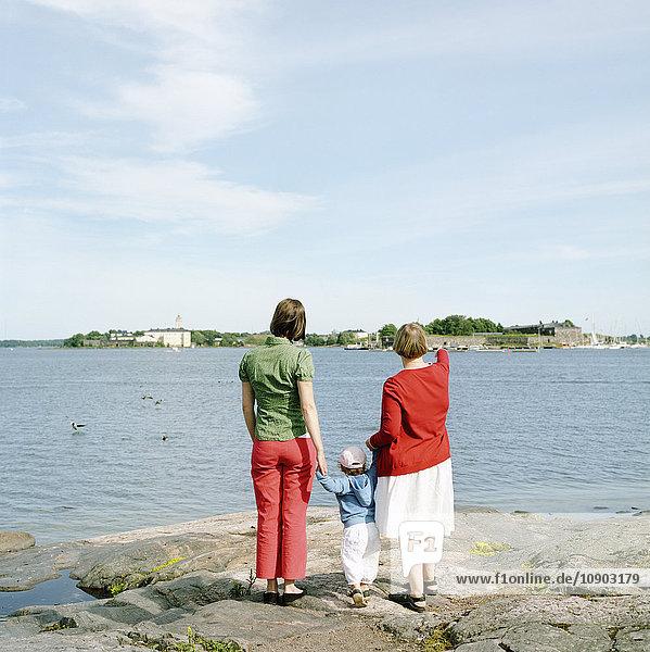 Finnland  Helsinki  Uusimaa  Rückansicht von Mutter  Tochter (2-3) und Großmutter
