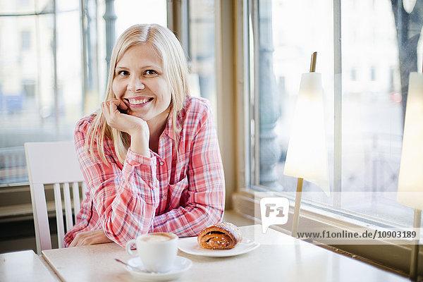 Finnland,  Helsinki,  Esplanadi,  Frau am Kaffeetisch,  lächelnd, Finnland,  Helsinki,  Esplanadi,  Frau am Kaffeetisch,  lächelnd