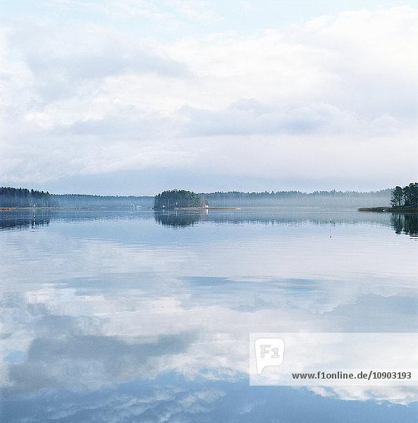 Finnland  Helsinki  Roihuvuori  Stromsinlahti Bucht an ruhigen Tagen