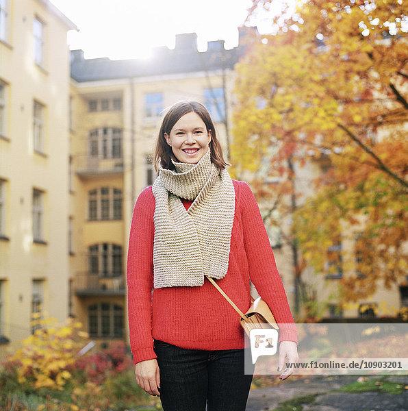 Finnland  Helsinki  Kallio  Porträt einer Frau in rotem Pullover