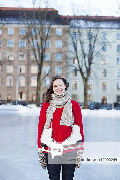 Finnland  Helsinki  Hesperianische Esplanade  Frau auf Eisbahn stehend