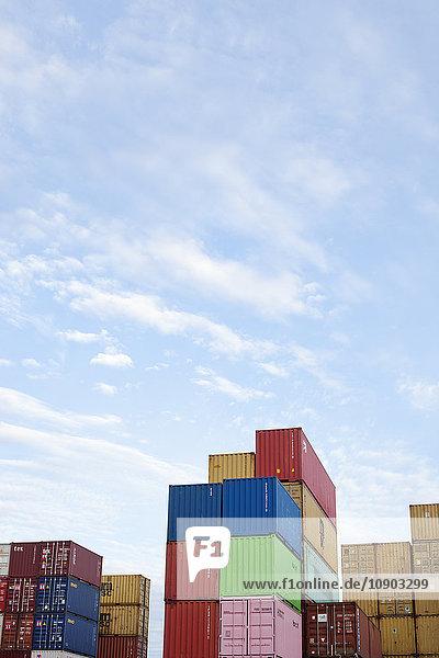 Finnland  Uusimaa  Helsinki  Vuosaari  Stapel von Frachtcontainern unter dem Himmel mit Wolken