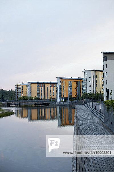 Finnland  Uusimaa  Helsinki  Vuosaari  Wohngebäude am Kanal bei Dämmerung