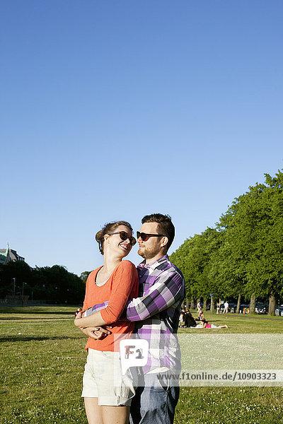 Finnland  Uusimaa  Helsinki  Kaivopuisto  Junges Paar umarmt im Park