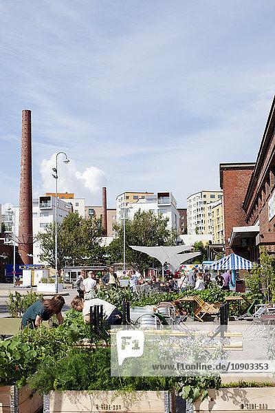 Finnland  Uusimaa  Helsinki  Sornainen  Freiluftrestaurant mit Menschen im Hintergrund