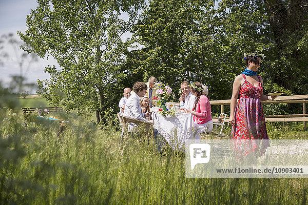 Schweden,  Skane,  Familie mit einem Kind (8-9) bei Mittsommerfesten