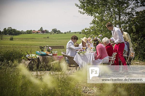 Schweden  Skane  Familie mit einem Kind (8-9) bei Mittsommerfesten