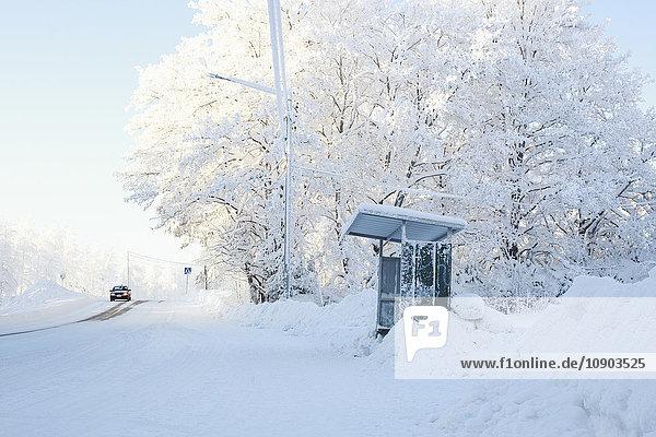 Finnland  Keski-Suomi  Jyvaskyla  Bushaltestelle am Straßenrand im Winter