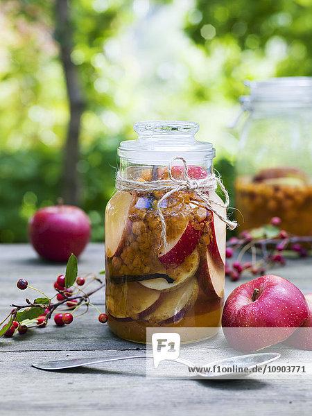 Schweden  Konservierte und frische Äpfel auf dem Tisch