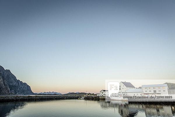 Norwegen  Nordland  Lofoten  Gebäude an der Küste bei Sonnenuntergang