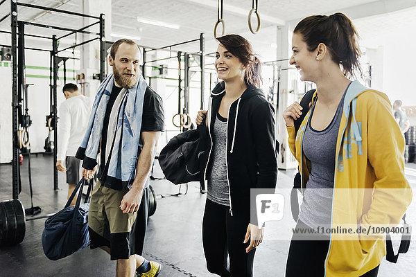 Deutschland  Junge Frauen und Männer im Fitnessstudio