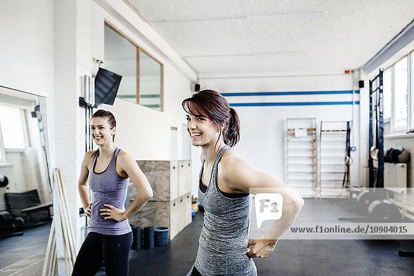 Deutschland  Zwei junge Frauen im Fitnessstudio