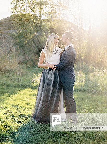 Schweden  Bräutigam und Braut zusammen im Gras stehend