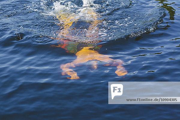 Finnland  Uusimaa  Espoo  Kvarntrask-See  Junger Mann im See schwimmend