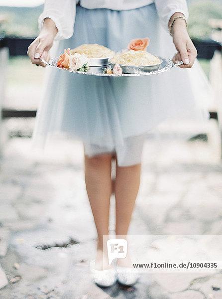 Italien  Frau im eleganten Rock mit silbernem Tablett und Dessert