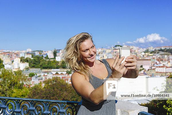 Portugal  Lissabon  Porträt einer jungen Frau  die sich selbst trägt